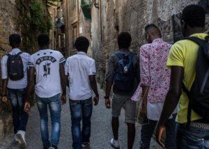 giovani migranti passeggiano