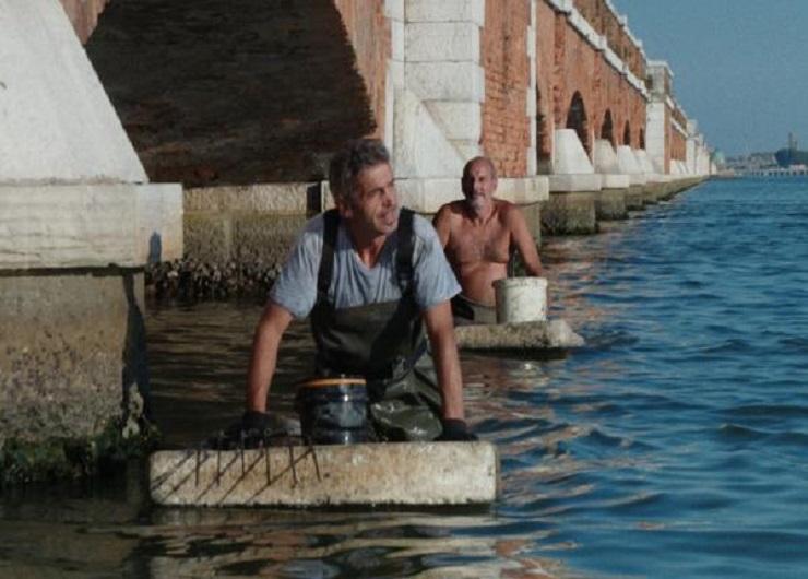 scena del film: pescatori di vermi nella laguna inquinata