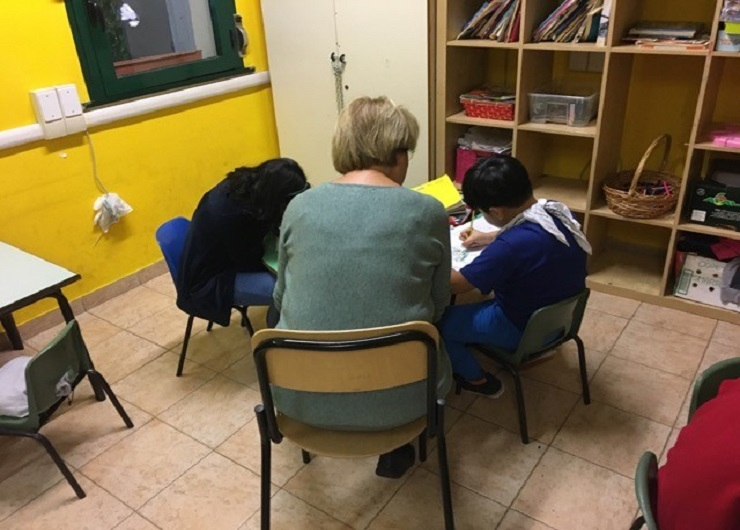I.C. Falcone-Borsellino - bambini al lavoro con la guida di una volontaria di Piuculture