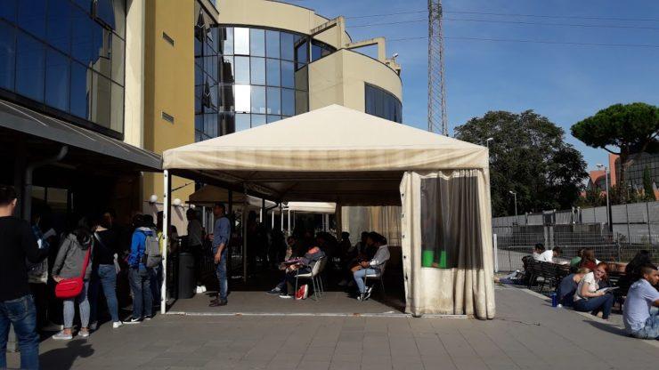 In attesa davanti all'Ufficio Immigrazione (foto Laboratorio 53)