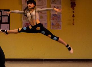 giovane si esibisce in esercizi ginnici