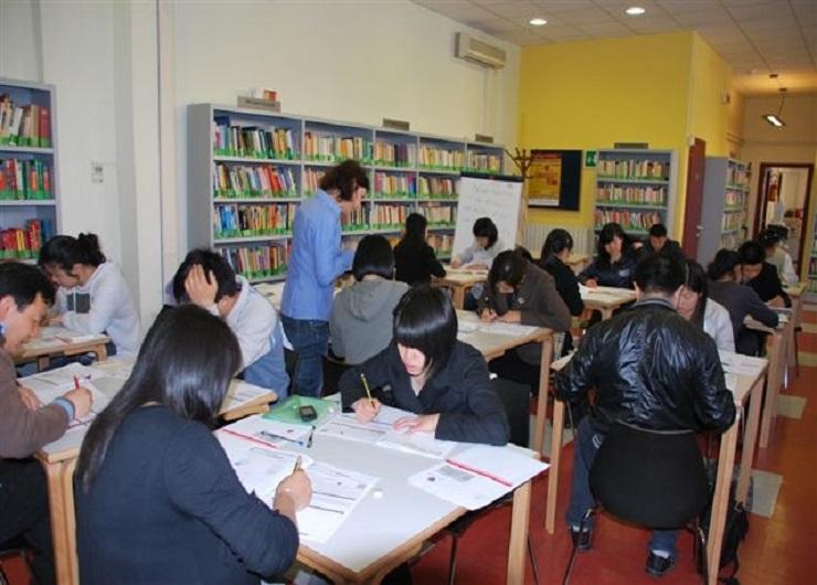 Stranieri a scuola di italiano in una delle sedi di Scuolemigranti