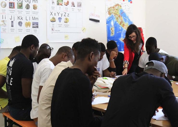 L'accoglienza - Migranti di un centro seguono una lezione di italiano. Fonte crimilano.it