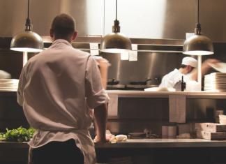 Cucina di un ristorante in piena attività