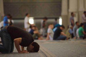 fedeli in moschea