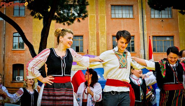 Giovani romeni in una danza popolare in occasione della maratona