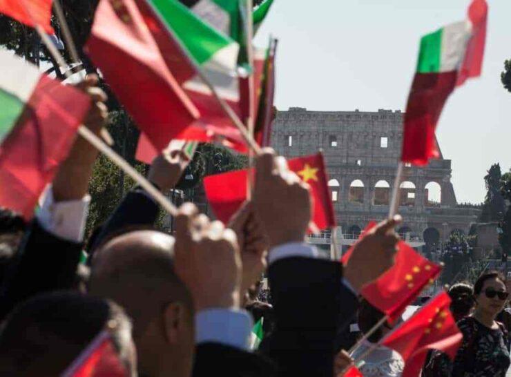 cinesi con bandiere a Roma