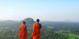Monaci Buddisti su una collina