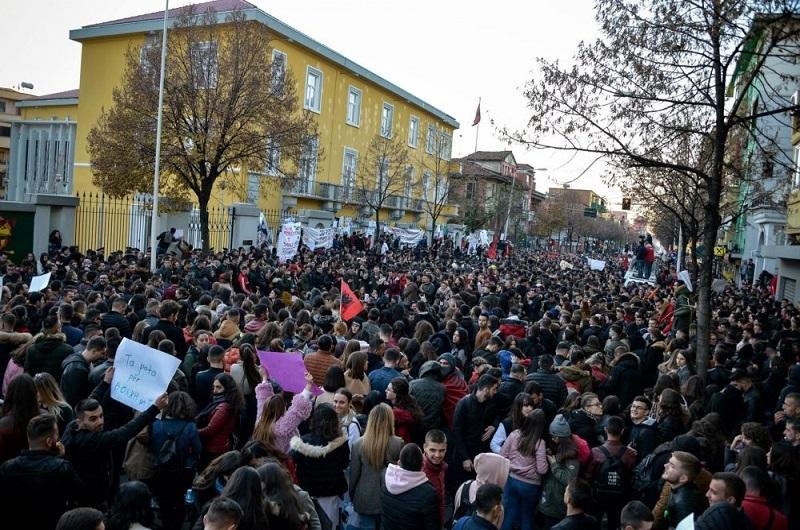 Giovani albanesi oggi: manifestazione di studenti a Tirana. Fonte albanianews.it