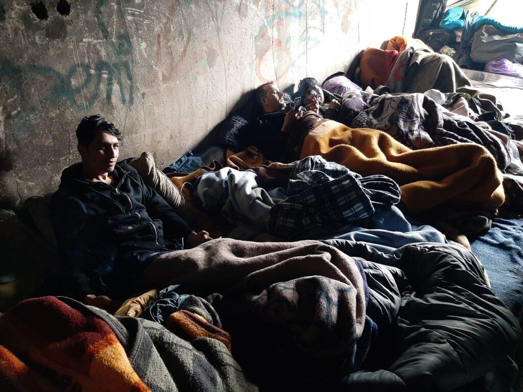 migranti in sacchi a pelo