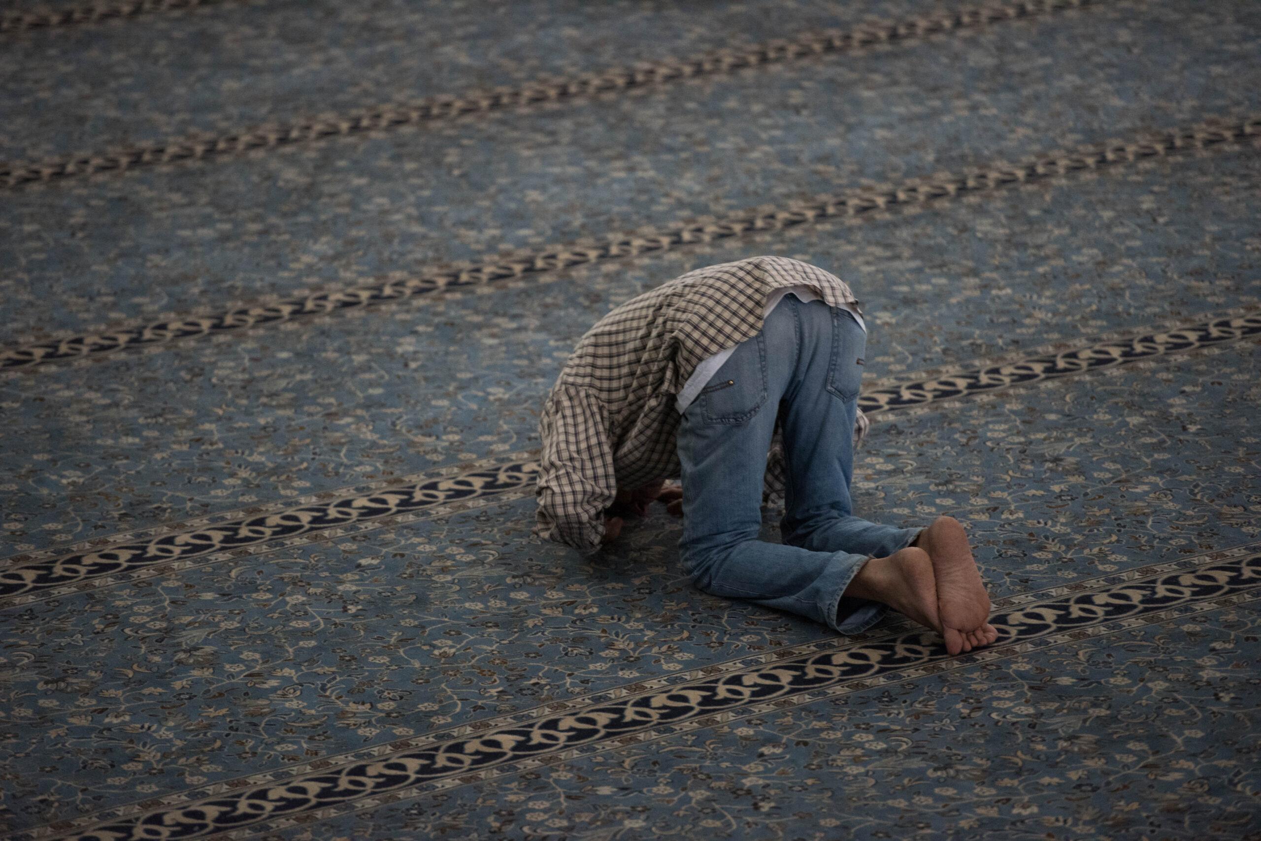 Ramadan 2021 uomo in preghiera